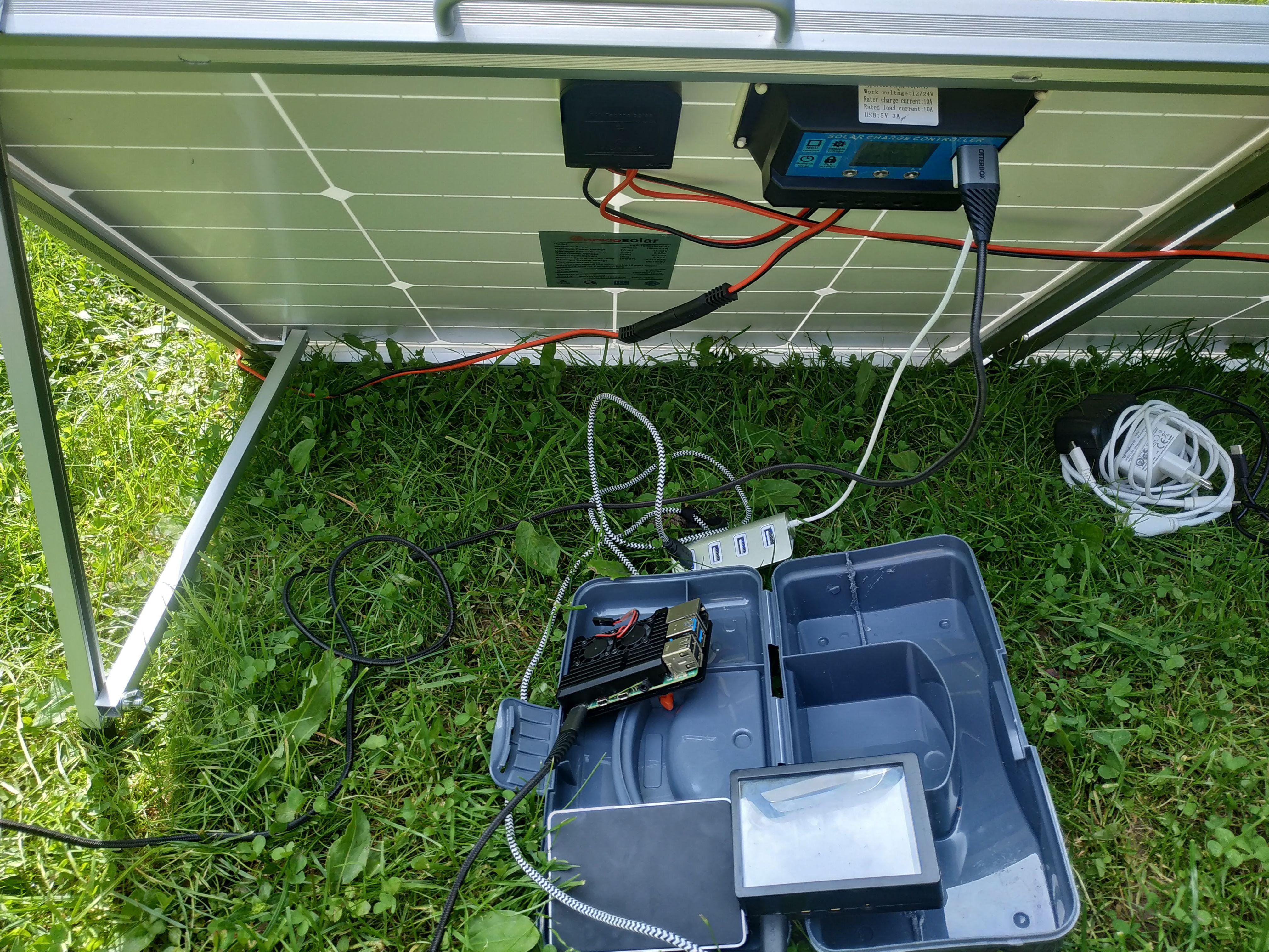 raspberry pies branchés derriere le panneau solaire